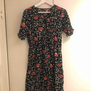 Klänning köpt på tradera men endast testad av mig och den jag köpte av. Ingen lapp men tror den är från ASOS och passar S/M