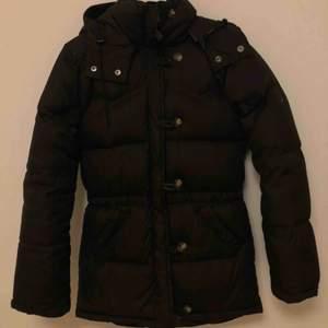 Mörkbrun Boomerang Alexandra down jacket i storlek XXXS. Nyskick och otroligt varm och skön vinterjacka. Nypris ca 6000kr.
