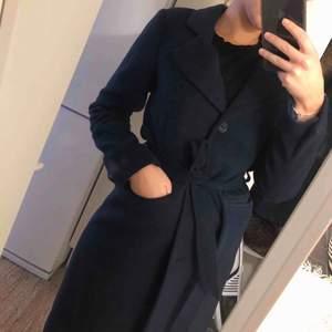 Jättefin mörkblå kappa fr StockLm, knappt använd, perfekt längd.