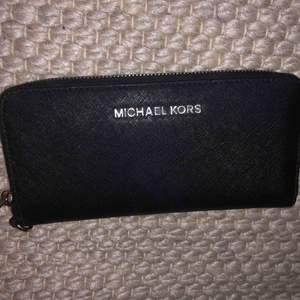 Äkta plånbok från Michael Kors.  12 fack för kort, 2 fack för sedlar samt ett fack för mynt. Längd: 20 Bredd: 2 Höjd: 10  Köpt i en Jackie butik för 5 år sen, kvittot finns därför tyvärr inte kvar.