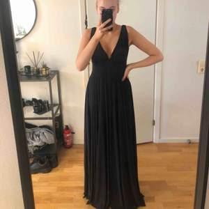 Säljer min drömmiga balklänning, hittar tyvärr inte storleken men är rätt säker på att det är en s! Köparen står för frakten