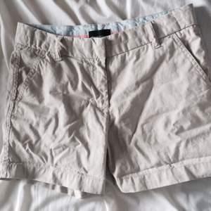 Beiga chinos short i storlek 34 men skulle passa en 36a då de är större i storleken. Knappt använda