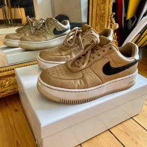 Jättefina Nike Air Force sneakers i guld!🌟✨ de är jubileumsgåva från året det kvinnliga amerikanska fotbollslaget vann OS💪🥇 nypris 1599kr