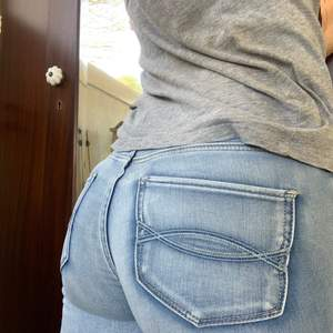 Skitsnygga jeans från abercrombie and fitch som ger rumpan en fin form! Ljusblå me mörkare detaljer på fickorna och längs me sömmarna. Storlek 25/xs-s💕