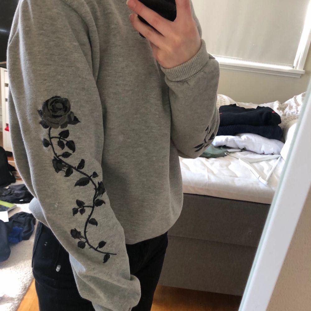 Säljer denna tröja, vet inte om fläckarna går bort har bara tvättat den i tvättmaskin men kan nog gå bort om man tvättar riktigt❤️ använd men är i fint skick🥰. Tröjor & Koftor.