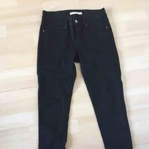 Priset inklusive frakt! Svarta skinny jeans från Levis. Modell 711. Aldrig använda.