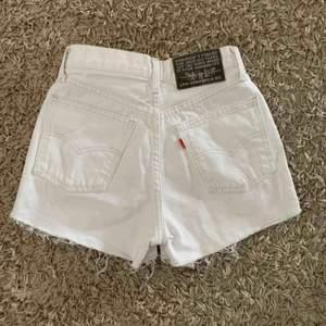 Nästan helt nya Levis shorts säljs. Köptes för 599kr och säljer för 350. Kan gå ner i pris vid en snabb affär. 🥰🥰