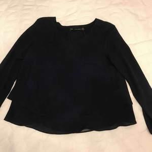 Marinblå blus från Zara Skick: Bra Färg: Marinblå Anledning till att den säljs: Garderobsrensning/lite liten  Pris när den köptes: Ca 300kr  Köparen står för frakten (40kr)