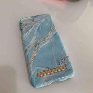 Iphone fodral från iDeal of Sweden till 7 Blå marmor ren o fin en jätte liten spricka på nedre delen av fodralen.