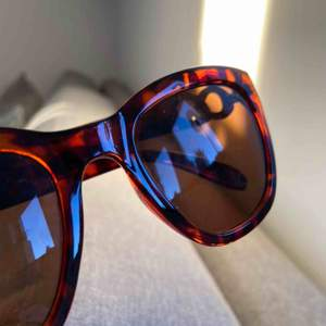 Solglasögon men snygga detaljer från Åhléns. Frakt 40kr