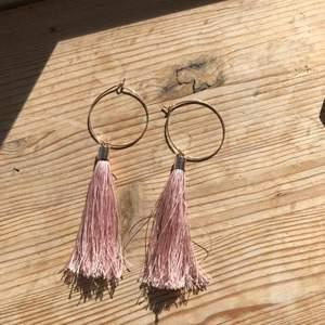 Ljusrosa superfina örhängen med tofs. Knappt använda. Betalning sker via swish och kan mötas upp i trelleborg, malmö eller lund alternativt fraktas vilket köparen står för :)