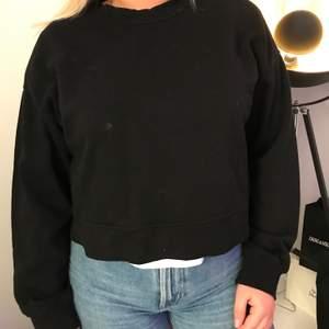 Svart collage tröja från zara, i nyskick, passar mig som är storlek S så det beror på hur man vill att tröjan ska sitta, den passar XS-M skulle jag säga.