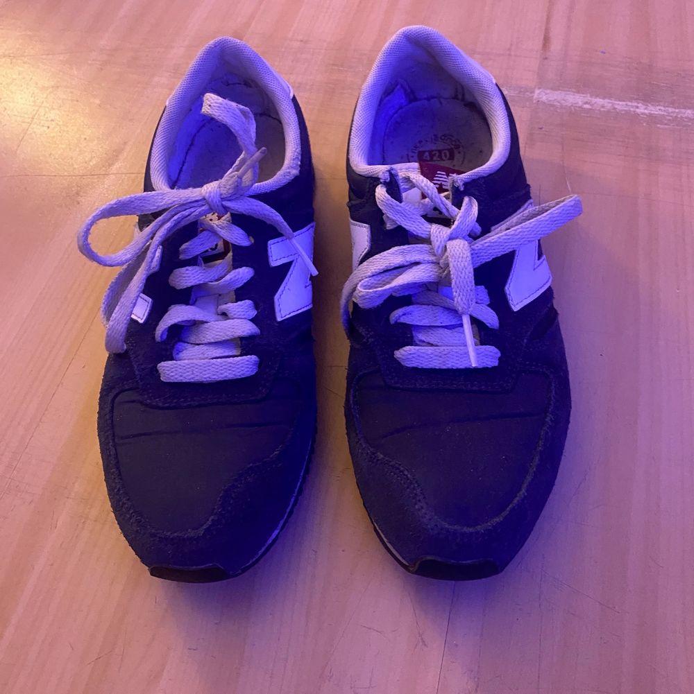 Säljer mina kära new balance skor! Storlek 38. Använda men i bra skick ❤️ möts upp i Stockholm eller så får köparen stå för frakten 🦋🦋. Skor.