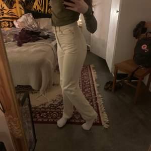 Säljer mina weekday jeans som tyvärr blivit för små nu i Corona tider så någon annan kan få glädje av dem. De sitter bra och längden är perfekt för mig som är 172 cm.❤ Rowe, Light Ecru size 26/32.😊 FRAKT INGÅR