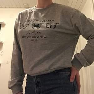 Grå skön tröja, det står storlek M men den passar som en S därav varför jag säljer den, den passar bra till vardag ✨ oanvänd