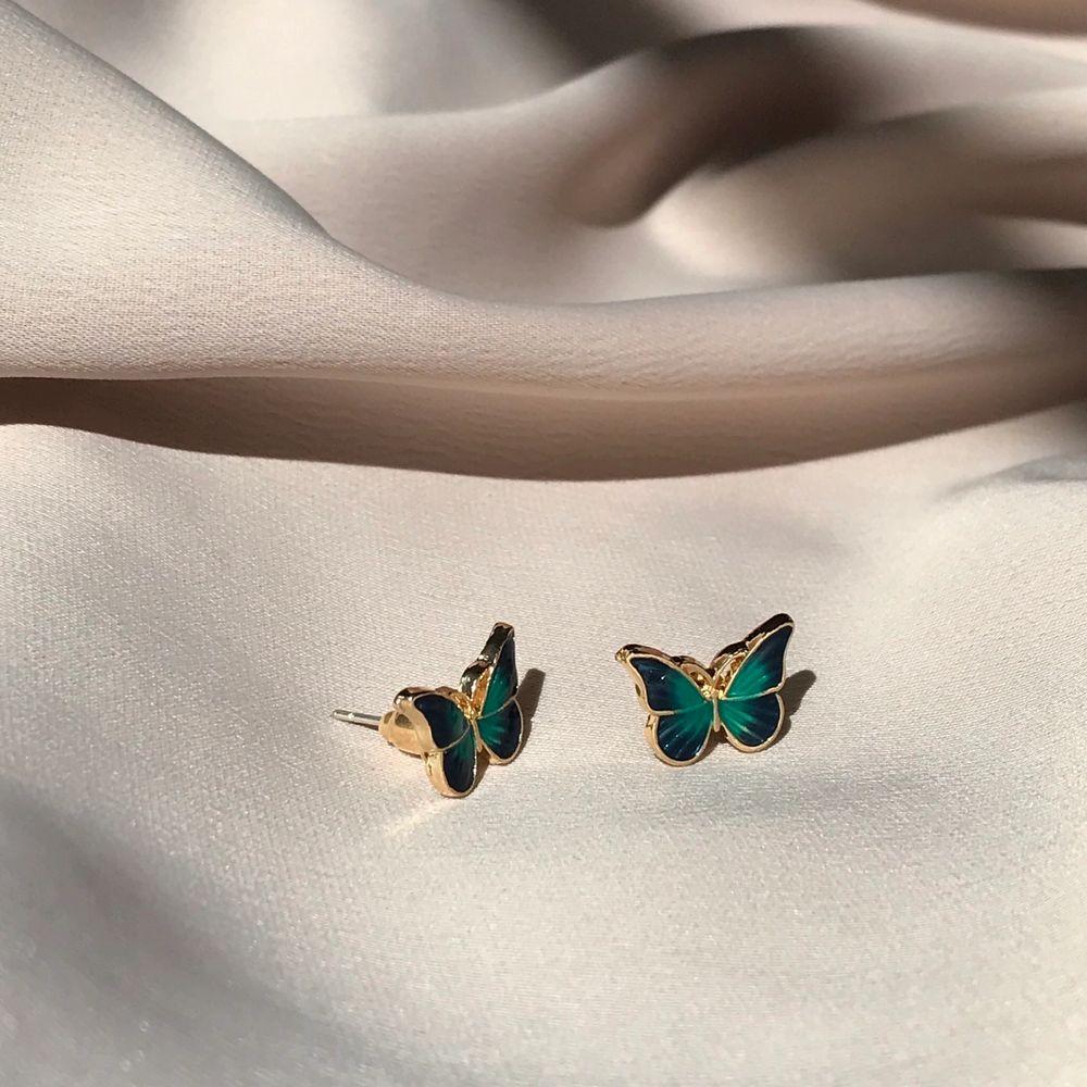 Superfina och gulliga fjärilsörhängen i blågrön färg❣️ frakt 11kr. Accessoarer.