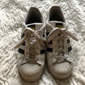 Märke : Adidas Orginals  Typ : Sneakers  Storlek : 36  Modell : Superstar  Material : Skinn  Färg : Vit  Kroppstyp : Kvinna  Skick: begagnade, har små slitningar på insida hälar.