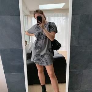 En cool lång tshirt från DIESEL som är perfekt som tshirt-klänning, den är i storlek L men är inte överdrivet bred utan mer lång på mig som är en S🧡