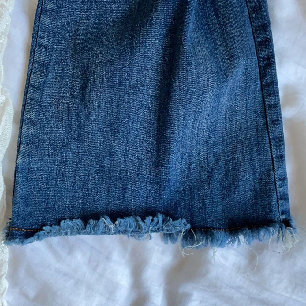 ALDRIG har jag fått så snygg rumpa i ett par jeans. Så skönt material och väldigt stretchiga byxor i storlek 36 men skulle möjligtvis kunna passa en 38 också gissar (!) jag på. Tycker dessa är så snygga men jag har nästan aldrig på mig bootcut jeans. Tror jag haft på mig dem en gång så de är nästan orörda, men de är köpta second hand av mig. Dock otroligt välbevarade ändå, förutom att lappen där bak på byxorna har lossnat lite i kanten. Superlätt att bara sy/limma tillbaka dock. Köparen står för frakten som tillkommer 💖. Jeans & Byxor.