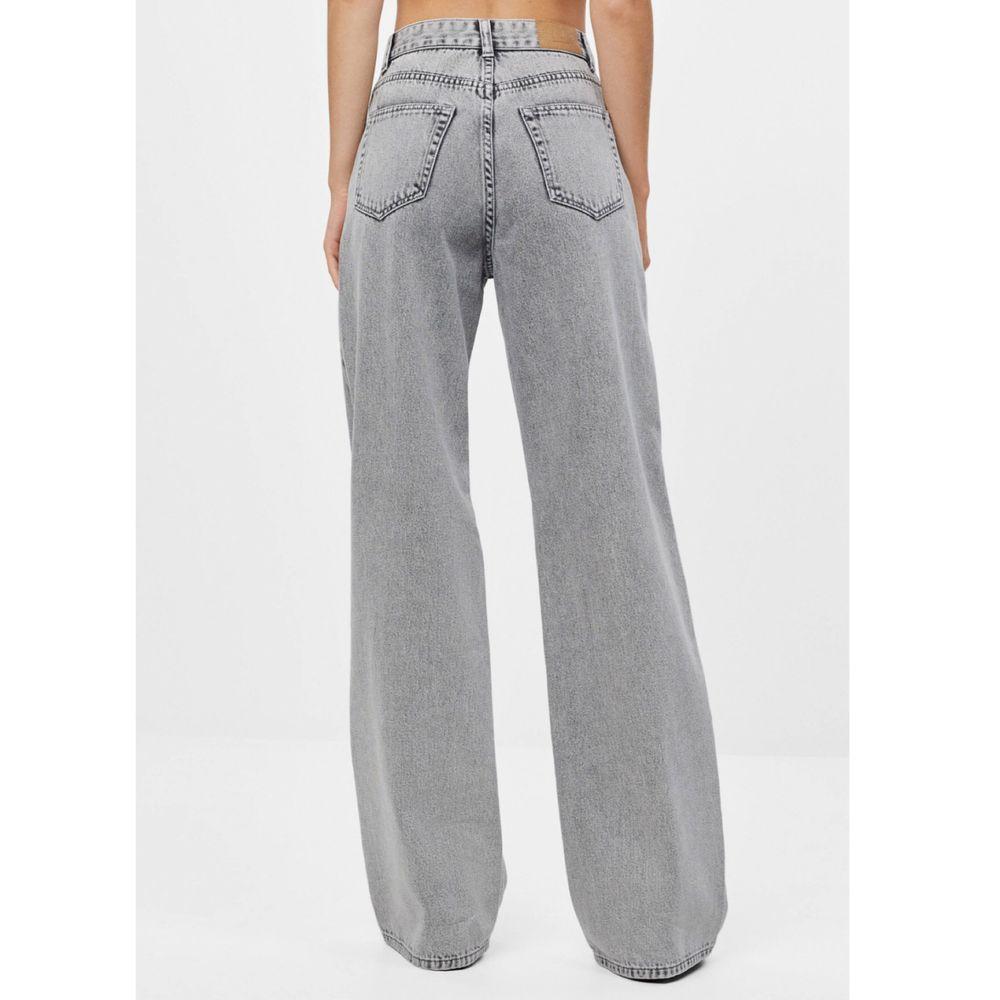 Jeans från Bershka. Helt nya, oanvända pga felköp (prislapp kvar). Storlek 38. PM om det önskas bilder på (jag är 173cm lång). Köparen står för frakt, spårbart med Postnord!. Jeans & Byxor.