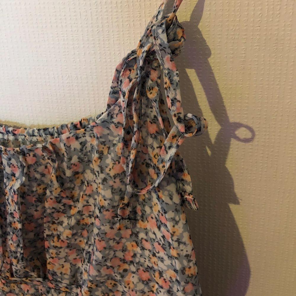 Supersöt klänning med knytningar och volanger. Klänningar.