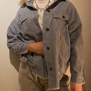 Blå fin jacka i manchester tyg. Köpt på zara