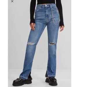 Säljer dessa skit snygga jeans från Berskha, som blivit slutsålda. Storlek: 36, sann i storlek. Tyvärr var dom försmå så måste skicka efter i större storlek, därav att jag säljer. Frakt tillkommer utöver. (Original pris: 549 inkl frakten)