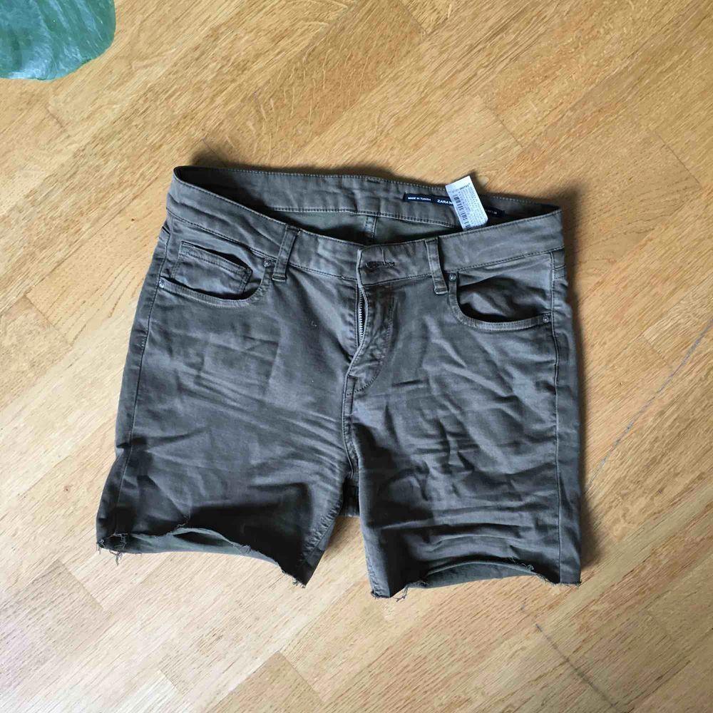 Grönbruna shorts Zara st. 36. Går att ha uppvikta . Shorts.