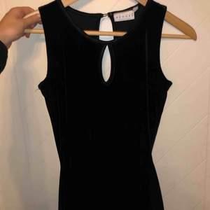 Superfin klänning i storlek 34 som jag inte använt då den är för liten. Materialet är i sammet