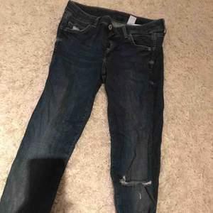 Låg midjade jeans, med slitningar tycker dom är så fina men har svårt för låg midjade jeans därför säljer jag dem jeansen😊köparen står för frakt och det går jättebra att hämta upp på plats