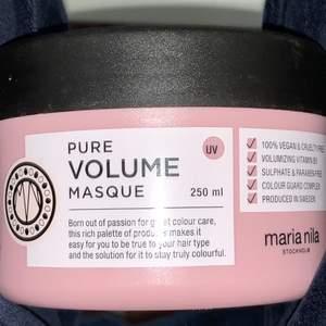 En hårmask från Maria nila som ger volym till håret. Den är använd en gång och har annars väldigt mycket i sig fortfarande. #trend #hårmask #marianila