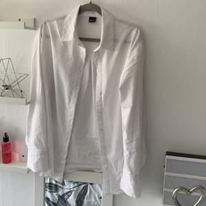 En vit oversize skjorta, skitsnygg men är lite förstor för mig😆!! Kommer inte heller till användning. Ordinarie pris 449kr (+frakt)🥰🥰