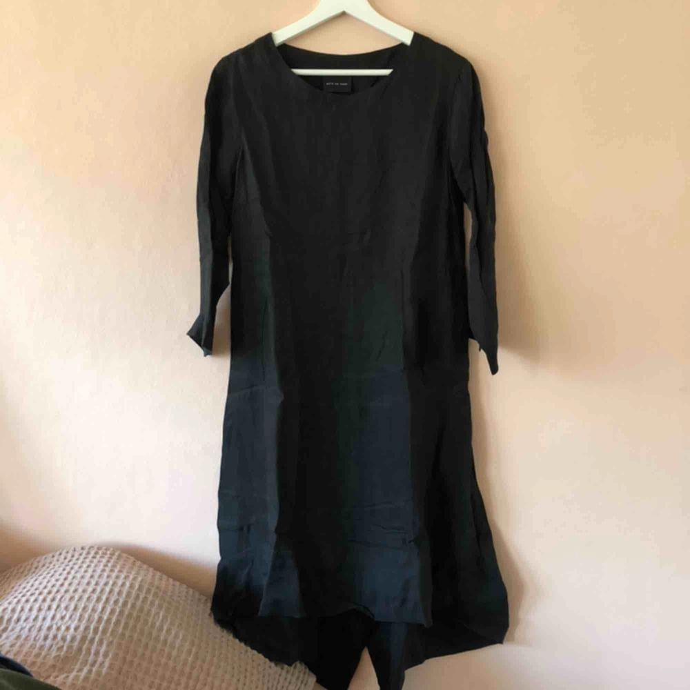Fin längre klänning från Bitte Kai Rand. Nyskick.  Längre bak än fram. Fickor. Härligt material, perfekt till vår och sommar👌🏼. Klänningar.