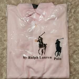 Polotröja i ljusrosa meshtyg från Ralph Lauren. Storlek M. Oanvänd. Pris diskuterbart. Skickas spårbart och alltid tvättad.