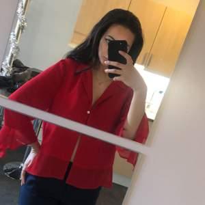 Söt röd tröja med diamentspänne och volanger! Sitter perfekt över brösten om man är lite mindre så behövs typ inget under, annars kanske lacebh?? Passar XS till M!