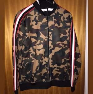 Jätte fin kamouflage kofta, väldigt bekväm! Jätte fina detaljer på ärmarna. Knappt använd. Köpt från Zara Man.