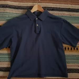 Jätte fin piké tröja från Fila som är croppad, second hand köpt. Använd men i bra skick, inga slitage etc! Andra bilden ser man hur den sitter på mig, jag är s!