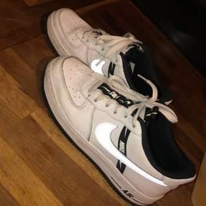 Nike airforces köpte i november inte mycket använda men ändå lite smutsiga. Bra pris. Frakt 100kr