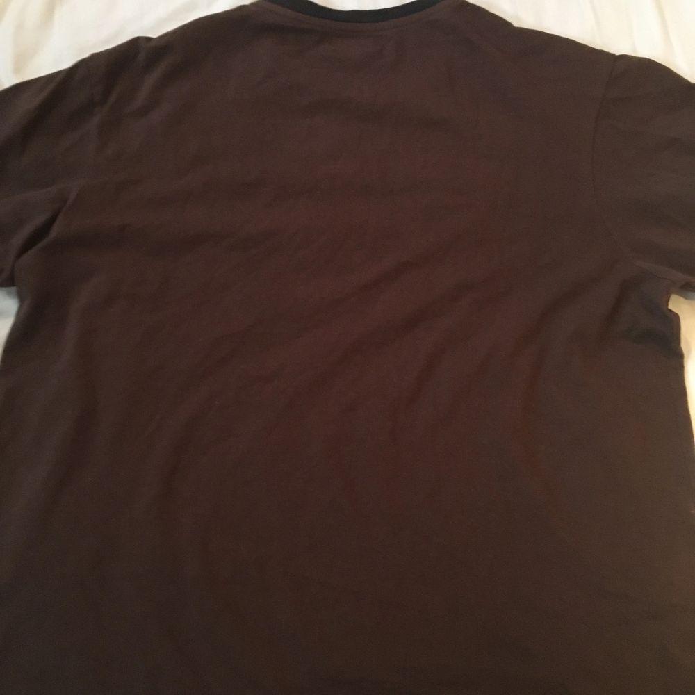 En t-shirt jag köpte på en secondhand här i Örebro. Den är i bra skick och sitter fint oversized! Pris + frakt eller så går det att mötas i Örebro.. T-shirts.