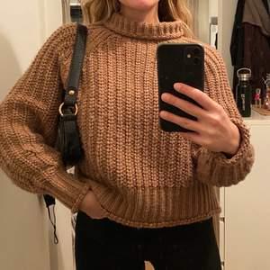 Jättamysig stickad tröja i brun/beige färg. Använd men i bra skicka, sölj för den inte kommer till användning. Polokrage som går att vika ner om man vill. Frakt tillkommer på 63kr
