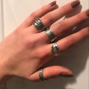 Säljer fler utav mina hemmagjorda ringar! Alla är rost fria och alla förutom tummen är i ny silver🤗 vissa utav ringarna kan man reglera och ändra storleken på, kontakta för mer frågor💕 Budgivningne sker i komentarerna på samma sätt som innan, man kan buda på ring 1, 2, 3, 4, då ring 1 är på ring fingret och ring 4 på tummen!💕