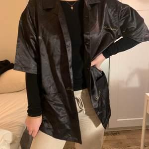 Säljer denna svarta skjorta med coola mönster. Stl S. Märke: sweet sktbs