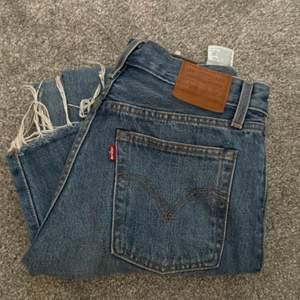 Knappt använda Levis jeans i storlek 26 som inte kommer till användning. Kan skicka mer bilder vid behov.