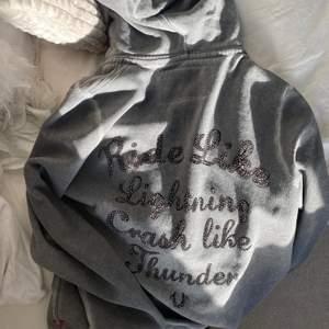 ❗️HÖGSTA BUD 360kr❗️Intressekoll på min ascoola zip up hoodie från true religion. Den har tyvärr aldrig kommit till användning så skicket är verkligen 10/10🤎 den är köpt i Tyskland och är SJÄLVKLART äkta! BUDA I KOMENTARERNA!