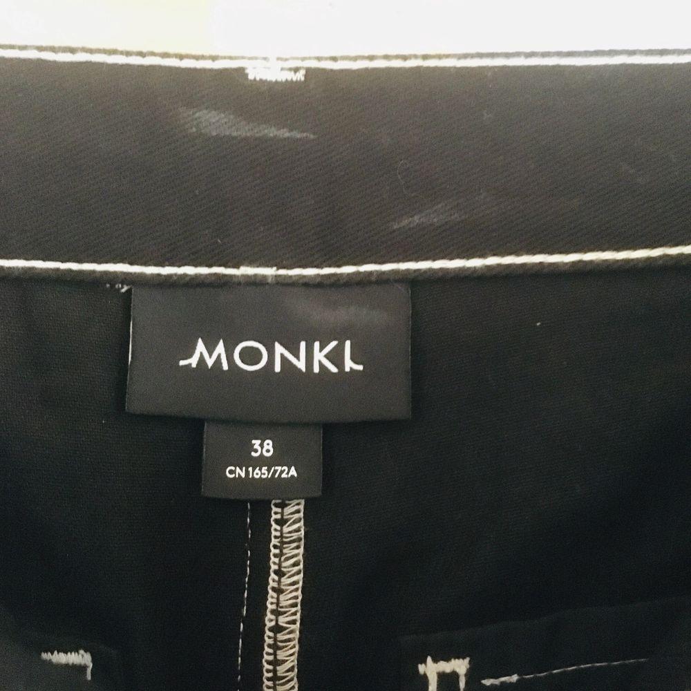 Svarta vida jeans med vita sömmar från monki. Helt nya! . Jeans & Byxor.