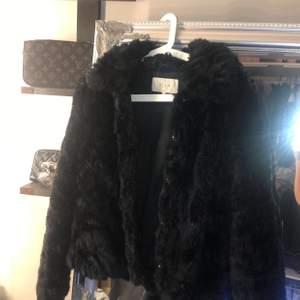 Säljer denna pälsjacka också eftersom att dehär inte är min stil och den tar bara plats i garderoben, Jätte fin jacka dock !!💖orginal priset ska ha varit runt 600-700kr finns inte att köpa i butik längre dock