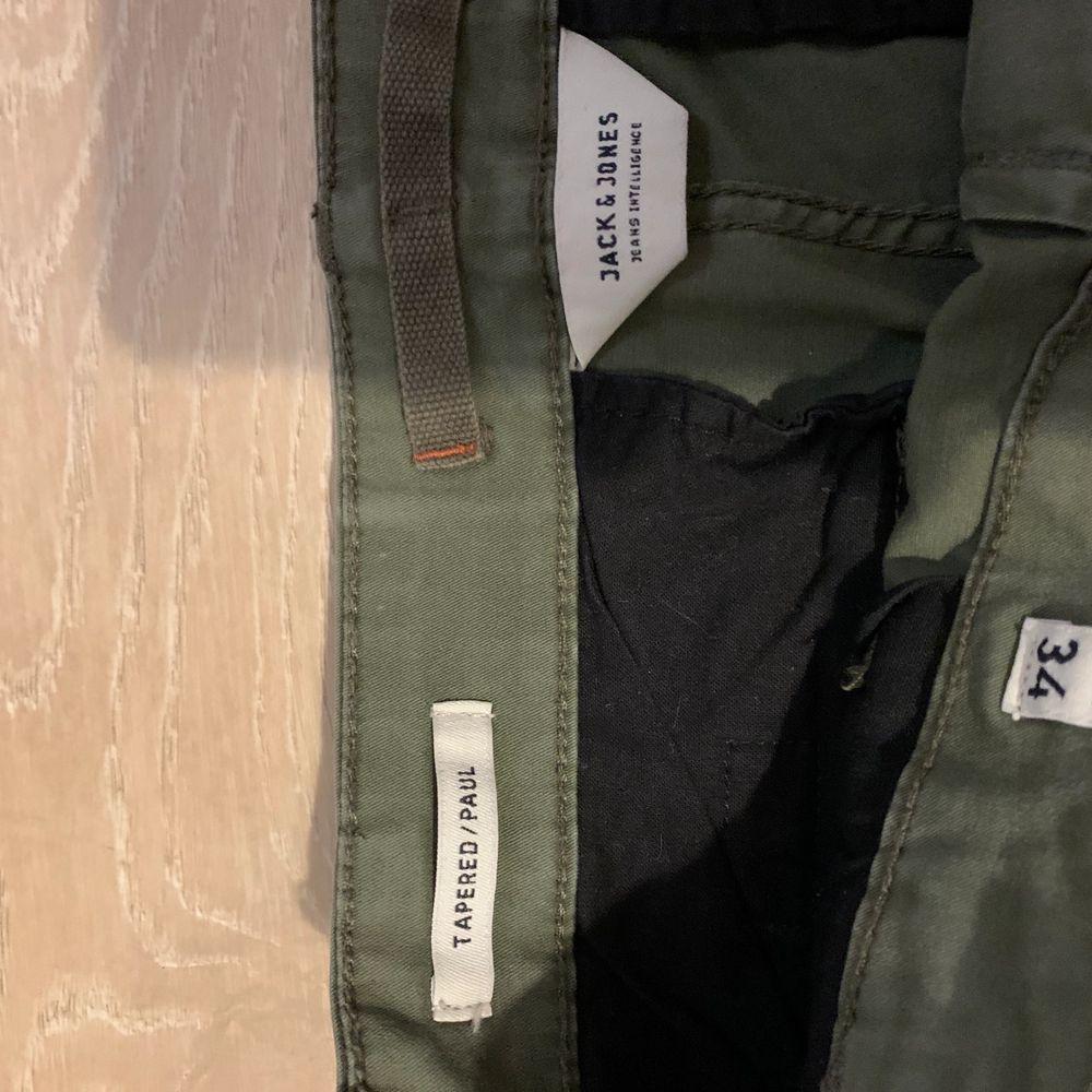 Gröna cargopants från jack&jones i storlek 31/34🤩 passar mig som brukar ha storlek M på byxor men skulle nog även kunna passa S. Köptes för 599kr och säljer för att de helt enkelt inte används längre✨ 288kr inkl frakt☺️. Jeans & Byxor.