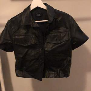 Säljer denna festliga svarta ormskinsliknande  t-shirten. Kommer aldrig till användning. Ord. Pris: 199kr💕 Köparen står för frakten