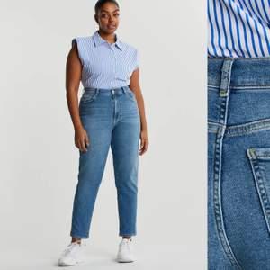"""Ett par fina mom jeans från Gina köpt för 500kr. I modellen """"comfy mom jeans"""". Jättefint skick! Inge defekter! Säljer för att dom har blivit lite små på mig. I storlek 32. 200 + 66kr frakt eller den som budat högst💕våga pruta så får vi se! Kolla gärna in min profil, har många fina tröjor och jeans!"""