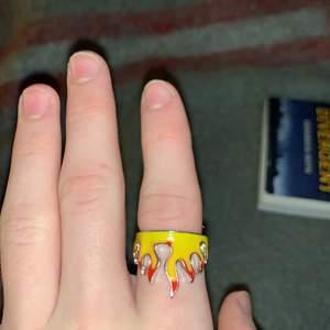 Cool ring (eld motiv) aldrig använt då jag tycker den känns för feminim (enligt mig) killar kan såklart också använda den. Och som sagt har hag aldrig använt den. Man kan töja ut sen vilket gör att den passar alla fingrar.